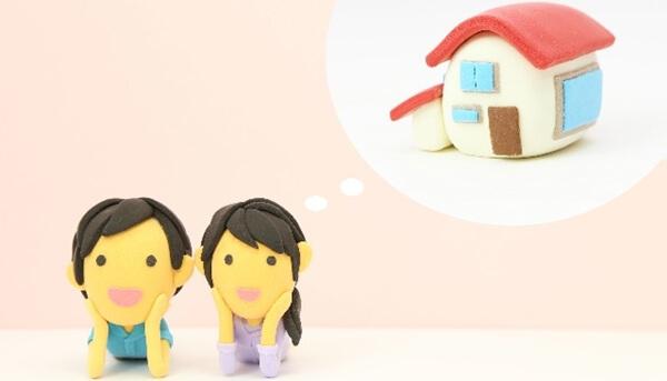 理想のマイホームを手に入れるための方法を考える夫婦