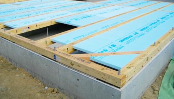 注文住宅ー木造在来工法での建方工事の床断熱材設置写真