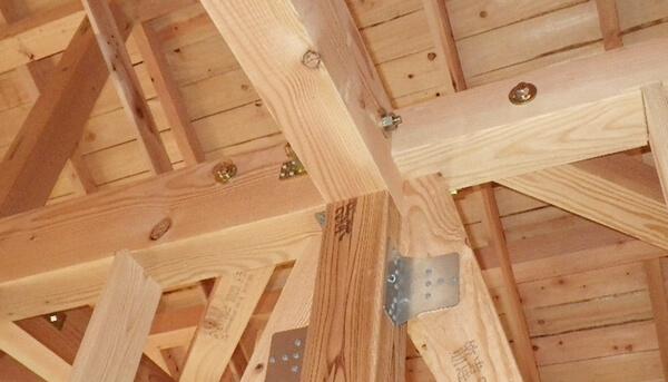 注文住宅ー木造在来工法での建方工事の2階梁施工写真