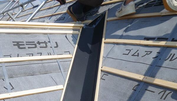 屋根の雨漏りを防ぐために大きな力を発揮する軒先板金や谷樋の施工