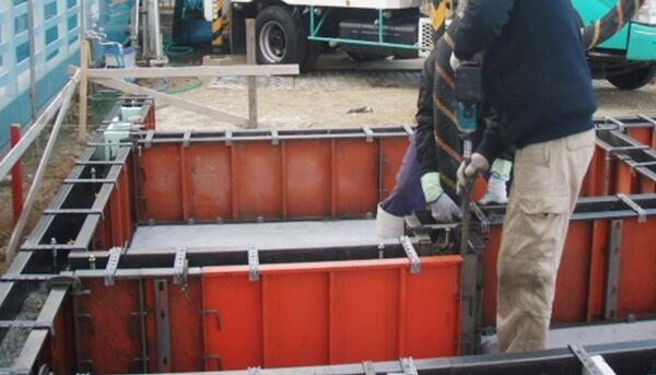 戸建住宅のベタ基礎工事での基礎立ち上がり生コン打設の解説