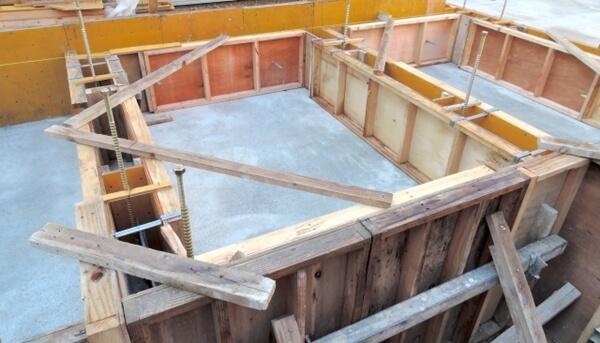 戸建住宅のベタ基礎工事での基礎立ち上がり型枠組みの解説