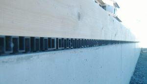 基礎の上に設置された基礎パッキンの写真