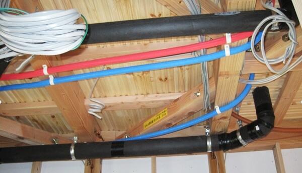 戸建住宅の天井裏に施工される給水管や給湯管・排水管