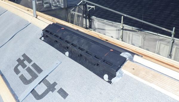 小屋裏や外壁の結露を防ぐために必要な棟換気の施工