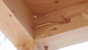梁と胴差しの接合には、羽子板金物を使う