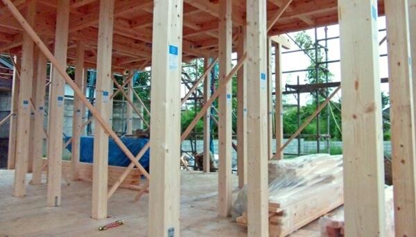 注文住宅ー木造在来工法での建方工事の1階柱施工写真
