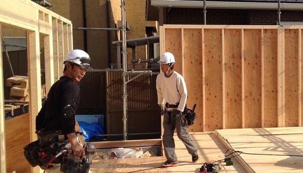 木造2×4工法の一戸建住宅の壁おこし作業中