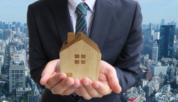ハウスメーカーの営業マンから家づくりの説明を聞いている