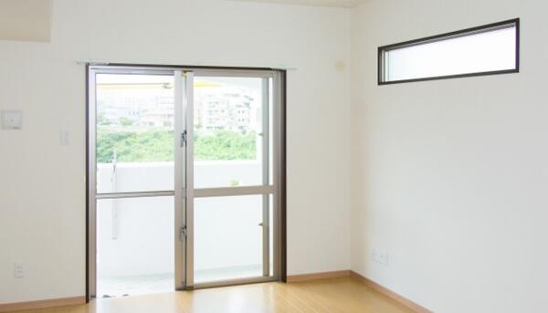 注文住宅での視線に関する計画で視線を遮り明かりを取り込むために高窓を採用した