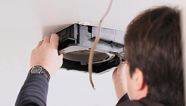 注文住宅で気付きにくい臭い対策に失敗したので、換気扇を後施工している