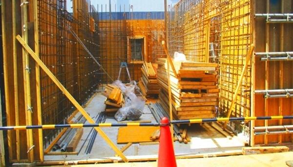 鉄筋コンクリート造(壁式構造)の一戸建住宅の型枠工事中