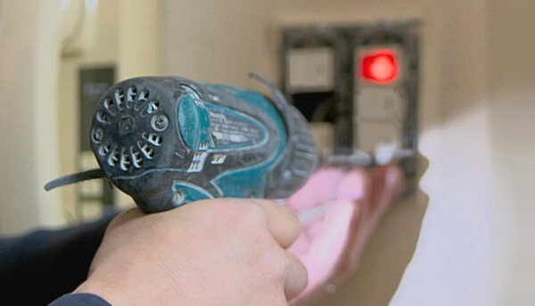 注文住宅の電気工事で照明スイッチを施工中