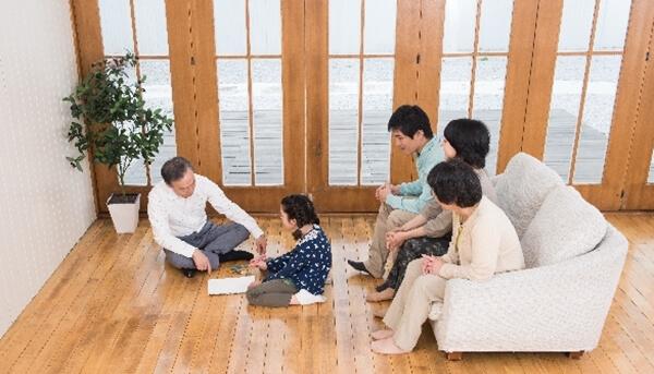 入居者宅見学会に参加して、家づくりの経験者の話を聞いている