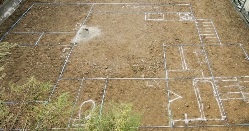 マイホームを建てる敷地に建物の位置に沿ってロープを張り配置を確認